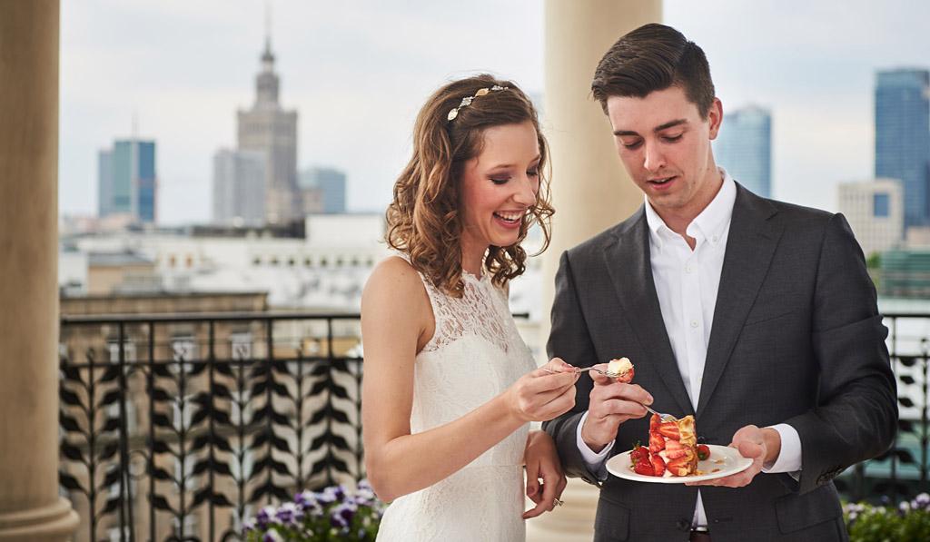 świeżo upieczona para młoda próbuje swój tort weselny
