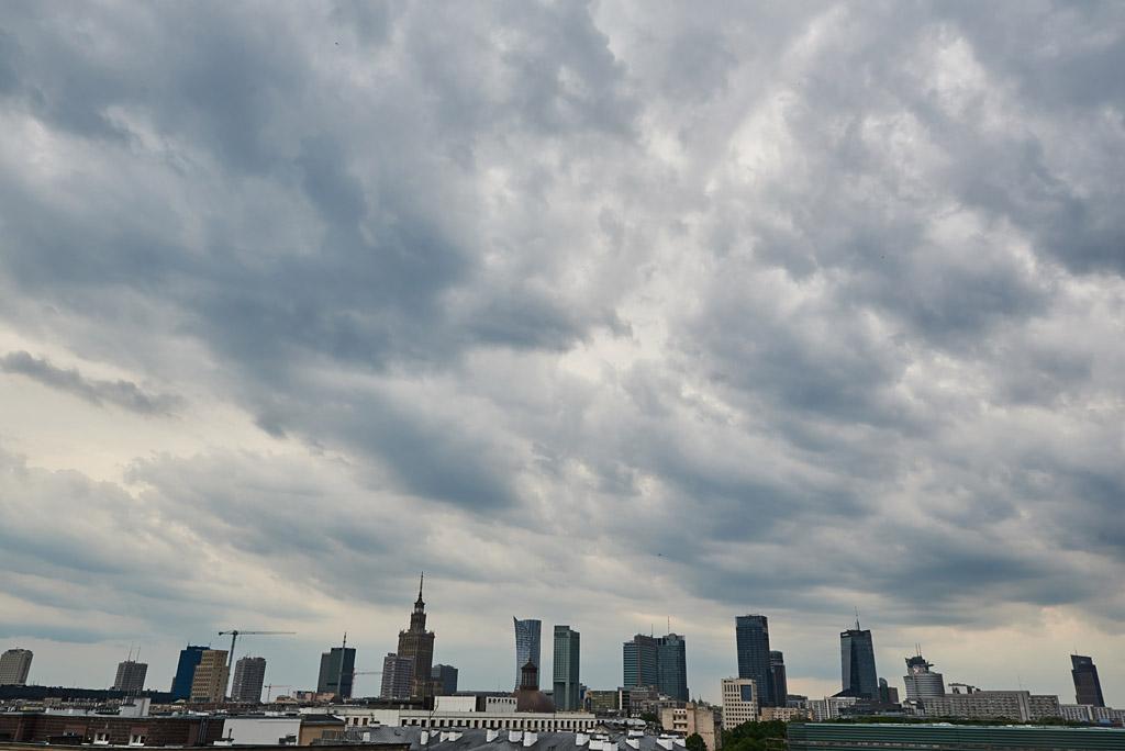 widok na warszawskie wieżowce