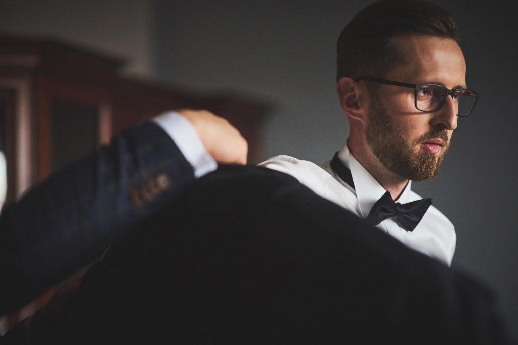 pan młody szykuje się do ślubu